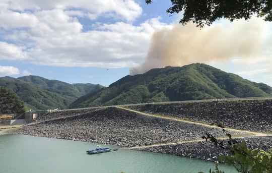 춘천 소양강댐 너머 산불 발생